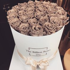 Brown roses in a hat box. Pinterest | @amatilhadelobos