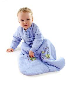 Schlummersack Ganzjahresschlafsack Zug mit langen Ärmeln. Schon kleine Jungs lieben Züge. Unser kuschelig weicher Schlafsack Choo, Choo Zug aus blauem 100% Chambray Baumwollstoff ist schön bestickt mit einem Zug und dem Wort 'Choo Choo' auf der Brust. Das Innenfutter ist auch aus 100% Baumwolle. Wattiert sind die Schlafsäcke mit weichem Polyester Fleece.