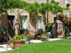 1000 images about courtyards on pinterest french for Tuscan courtyard landscaping