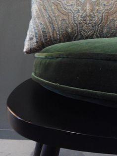 #mercadoloftstore #umseisum #porto #almofada #pillow #pillows #veludo #velvet #coxim #coxins #shape #verde #green #velvet # texture #textura #brocado #detail #details #pattern #decorstore