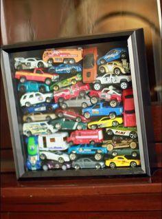 Llena una caja de sombra con todo lo que es importante para tu hijo: desde los autos de juguete hasta los zapatos que usaba de bebé.