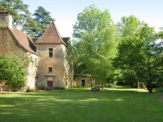 Building Exterior, Building A House, Medieval Gothic, Dordogne, Plantation Homes, French Countryside, French Country House, Stone Houses, Belle Photo