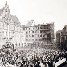 Fasching am Marienplatz, 1953 MBLS/Timeline Images #Karneval #Fasching #Fest #Verkleidung #Verkleidungen #Kostüm #Kostüme #Platz #Menschenmenge #Mariensäule #Rathaus