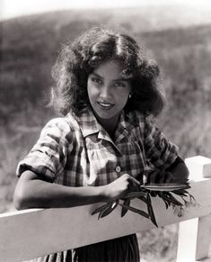 """Jennifer Jones was an Oscar-winning actress during the Hollywood golden years. Jones,won the Academy Award for Best Actress for """"The Song of Bernadette) Jennifer Jones, Jennifer Garner, Hollywood Stars, Classic Hollywood, Old Hollywood, Hollywood Glamour, Young Actresses, Actors & Actresses, Classic Actresses"""