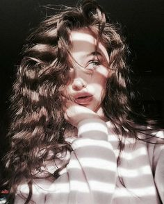 Portrait Photography Idea Inspiration Creative Shadow Light Moody Model Curl Source by FeeSchoenwald Portrait Photography Poses, Photography Poses Women, Tumblr Photography, Selfie Photography Ideas, Portrait Lighting, Teen Girl Photography, Photography Tutorials, Creative Photography, Best Photo Poses