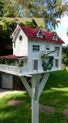 60 Birdhouse Ideas To Make Your Garden More Beautiful - 03 Gardening - Vogelhaus Cool Bird Houses, Wooden Bird Houses, Decorative Bird Houses, Bird Houses Painted, Bird House Plans, Bird House Kits, Birdhouse Designs, Birdhouse Ideas, Birdhouses
