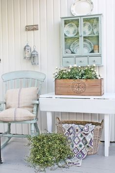 cottage style decorating-drop leaf table, plates, and grain sack pillows. Cottage Style Decor, Shabby Chic Cottage, Cozy Cottage, Country Decor, Cottage Living, Cottage Homes, Sweet Home, Vibeke Design, Deco Retro