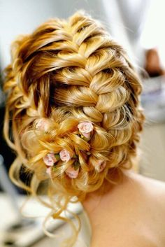 I think is would be a really pretty hair style for prom <3