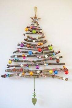 Juletræ af grene med pynt