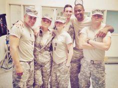 Kristen Stewart aparece cercada por seus colegas de elenco em uma nova foto tirada nos bastidores de Camp X-Ray.  A imagem é do ano passado, mas foi compartilhada hoje por Tara Holt.