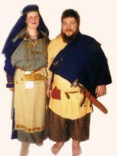 Suomalainen miehen ja naisen muinaispuku - Katajahovi Turban Hijab, History Projects, Viking Age, Iron Age, Playing Dress Up, Vikings, Finland, Costumes, Clothes
