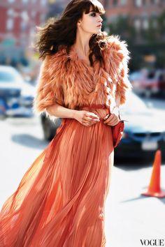 Vestido calabaza combinado con una chaquetilla de plumas