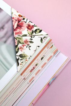 Never lose your page again by learning to fold these easy origami triangle corner bookmarks. Perfect if you're heading back to school. Creative Bookmarks, Diy Bookmarks, Corner Bookmarks, Bookmark Ideas, Origami Bookmark Corner, Bookmark Craft, Ribbon Bookmarks, Origami Paper, Diy Paper