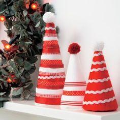 Enfeites de natal com reciclagem de cones de linha Tabletop Christmas Tree, Christmas Crafts, Christmas Decorations, Xmas, Christmas Ornaments, Holiday Decor, Christmas Ideas, Arts And Crafts, Diy Crafts