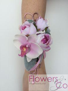 Prachtige Polscorsage op een op maat gemaakte sierlijke armband van buigzaam ijzerdraad. In meerdere kleuren mogelijk! #lichtgewicht #polscorsage #bloemen bruid. Te bestellen bij Flowersenco,nl € 79,50
