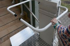 Dzięki takim urządzeniom jak platformy dla niepełnosprawnych jesteśmy w stanie pokonać bariery architektoniczne takie jak schody