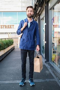 We snap Huw in London wearing a casual French Worker Jacket and Sports Trainers. Elegantes Business Outfit, Worker Boots, Sports Trainers, Street Style Trends, Business Outfits, Gentleman Style, Cool Style, Men's Style, European Fashion
