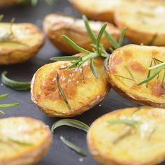 Baked potato slices with rosemary - kabVisio/Getty Images Baked Potato Slices, Crispy Baked Potatoes, Sliced Potatoes, Roasted Potatoes, Russet Potatoes, Pizza Bianca, Healthy Snacks, Healthy Recipes, Healthiest Snacks