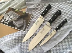 Wunderbare Kochmesser für die wunderbare Foodbloggerin @anniliebtkochen Viel Spaß beim Einsatz und viele Freude beim Zubereiten neuer und spannender Kreationen.  Vielen Dank @heiso1870  Ich hab sooo dringend mal gute Messer gebraucht denn meine alten waren bisher immer irgendwelche Billig-Teile die nach gefühlten 5 Mal schon unscharf waren  Die hier sehen nicht nur super schön aus sondern sind auch richtig scharf   Wenn ihr auch so tolle Messer haben wollt dann schaut doch mal bei @heiso1870…