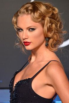 Taylor Swift transformed from tween superstar to a sophisticated chanteuse in front of our eyes. See Taylor Swift's beauty and hair looks through the years. Great Gatsby Hairstyles, Top Hairstyles, Wedding Hairstyles For Long Hair, Straight Hairstyles, Gorgeous Hairstyles, Party Hairstyles, Short Haircuts, Taylor Swift Hot, Style Taylor Swift