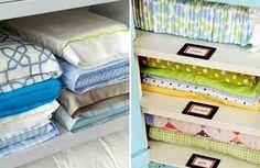Hoy os dejamos varios truquitos de organización y ahorrar de espacio en casa relacionado con las sábanas. Un truco para doblar las sábanas bajeras fácilmente de forma que quedaran perfectas y que no necesitáramos de nadie más. Puedes ver en tutorial. El video está aquí por debajo. Y tamb