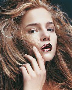 Lábios metalizados na Vogue Alemanha