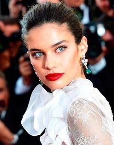 Sara Sampaio aposta em maquiagem com contorno poderoso e batom vermelho.