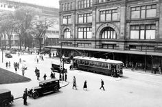 Tramway sur la rue Sainte-Catherine Ouest à l'angle du square Philipps, 1930 (Photo: Archives de la STM)  .... on reconnait bien le secteur !