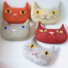 Plump Cat Pouch by Felt Fulling Lab-Ryoko Hirota] 20141015 Cat Crafts, Animal Crafts, Needle Felted Animals, Felt Animals, Needle Felting Tutorials, Cat Quilt, Fabric Toys, Felt Birds, Felted Slippers
