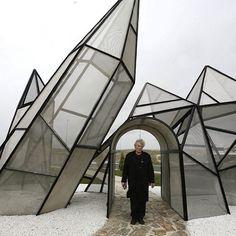 """""""Crystal Garden"""", de Dennis Oppenheim - em Madrid, Espanha. #escultura #sculpture #arte #artes #arts #art #urbanart #arteurbana #artlover #design #architecturelover #architecture #arquitetura #instagood #instacool #instadaily #design #projetocompartilhar #davidguerra #arquiteturadavidguerra #shareproject #crystalgarden #dennisoppenheim #madrid #madri #espanha #spain"""