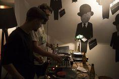 http://vimeo.com/79901638  Il ne s'agissait toutefois pas de n'importe quel logis, mais de l'un de ceux qui ne dort jamais, dont les murs sont propices à l'évasion, au rêve. Nous avons donc sollicité deux des artistes affichistes les plus en vogue du moment pour jouer sur le décalage existant entre leur art de rue et cet appartement: Fred le Chevalier et Madame Moustache