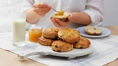 """Scones kalles """"quick bread"""" fordi de ikke trenger å heve. Det gjør denne baksten perfekt til frokost i helgene. Kesam gjør rundstykkene ekstra saftige."""