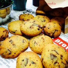 冷蔵庫に残ってた色んなメーカーのチョコレート使いたくて作りました(*´艸`)  今回はコンパウンド使ったけど、 コンパウンドって、ケーキ類よりもクッキーに使うと良さが発揮できる感じするなー♡ - 169件のもぐもぐ - サクサク♪チョコチップクッキー♡ by hanatana