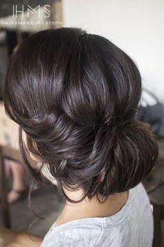 El moño es siempre el peinado al que recurrimos en esos días en los que nuestro pelo no presenta su mejor aspecto. ¿Significa eso...