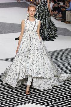 Alta-costura de Giambattista Valli usa flores, plumas e bordados preciosíssimos de uma maneira nada banal - Vogue | Desfiles