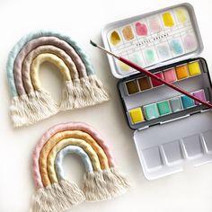 #softcolors #soft #pastel #rainbow #regalooriginal #regalodiferente #regalonacimientobebé Easy Crafts, Diy And Crafts, Crafts For Kids, Diy Wall Art, Diy Wall Decor, Crochet Storage, Rainbow Nursery, Rainbow Decorations, Diy Carpet