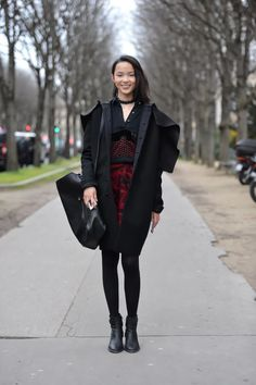 Paris Fashion Week continues, and the fashion outside the beautiful venues makes us swoon, just as much as the clothes shown on the runways.