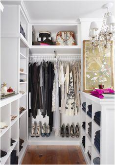 Светлая открытая гардеробная в классическом стиле