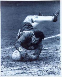 Gordon Banks Legendary English Goalkeeper by mundialstyle Football Icon, School Football, Football Soccer, Gordon Banks, Soccer Pro, Soccer Players, Leicester City Fc, Stoke City Fc, Soccer Boots