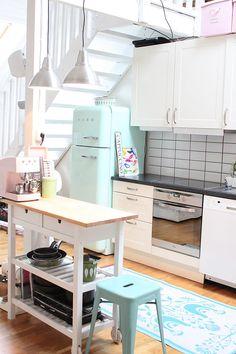 SMEG pastel kitchen (via House of Turquoise: Sukkertøy for øyet) Modern Retro Kitchen, Pastel Kitchen, Cute Kitchen, Mint Kitchen, Funky Kitchen, Lemon Kitchen, Urban Kitchen, Neutral Kitchen, Happy Kitchen