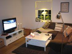 Vardagsrum exempel - sovrum blir del av vardagsrum Corner Desk, Flat Screen, Furniture, Home Decor, Corner Table, Blood Plasma, Decoration Home, Room Decor, Flatscreen