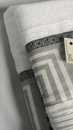 Jogo de Toalhas - Branca com detalhe estampa cinza e preto - Detalhe Towel Embroidery, Tea Towels, Pot Holders, Patches, Diy Crafts, Sewing, Home Decor, Bath Towels & Washcloths, Diy And Crafts