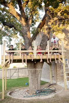 From simple tree house plans for kids to the big ones for adults that you can live in. If you're looking for tree house design ideas, read this article. Backyard Playground, Backyard For Kids, Backyard Fort, Diy Zipline, Tree Deck, Simple Tree House, Tree House Plans, Building A Treehouse, Large Backyard Landscaping