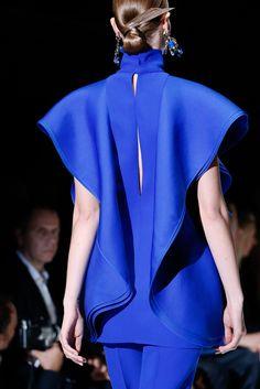 Gucci Spring 2013 Ready-to-Wear Fashion Show Blue Fashion, Fashion Week, High Fashion, Fashion Show, Womens Fashion, Fashion Trends, Review Fashion, Fashion Art, Fall Fashion