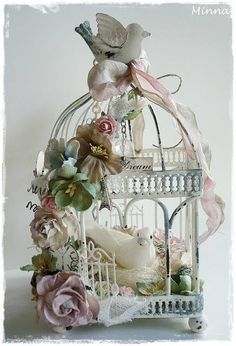 Mintun askartelujutut: Altered birdcage-Koristeltu lintuhäkki❤️Obviously the inside will be empty, but I love the white doves, how pretty! Shabby Chic Vintage, Style Shabby Chic, Shabby Chic Crafts, Shabby Chic Homes, Shabby Chic Decor, Shaby Chic, Decoration Shabby, Home And Deco, Bird Houses