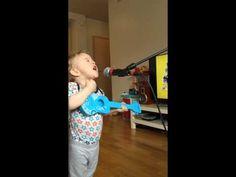 Dieser kleine Sänger haut uns mit seiner Performance vom Hocker. Hemmungslos schmettert er sein Lieblingslied und stellt sein Vorbild in den Schatten.
