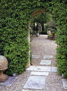 BOSC ARCHITECTES - MICHEL SEMINI paysagiste - JACQUES GRANGE décorateur - Mas de pierre Bergé à Saint-Rémy de Provence - jardin entrée