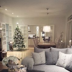 35 Recreate Modern Cozy Living Room Decor Ideas These trendy Home Decor ideas would gain you amazing compliments. Check out our gallery for more ideas these are trendy this year. Room Decor, Decor, Interior Design, Home, Interior, Modern Cozy Living Room, Christmas Living Rooms, Living Room Grey, Christmas Decorations Living Room
