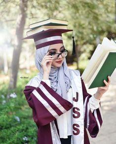 Love this idea for graduation photos Graduation Images, Graduation Picture Poses, Graduation Photoshoot, Graduation Portraits, Grad Pics, Muslim Girls, Muslim Women, Graduation Photography, Islamic Girl