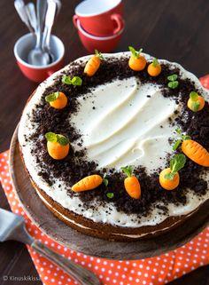 Klassinen porkkanakakku oli Suomessa 1990-luvun trendileivonnainen. Sen pohja on mehevä ja maukas. Tuorejuustoseoksella täytetään ja kuorrutetaan.